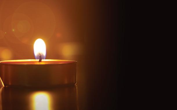 어둠 속의 작은 촛불