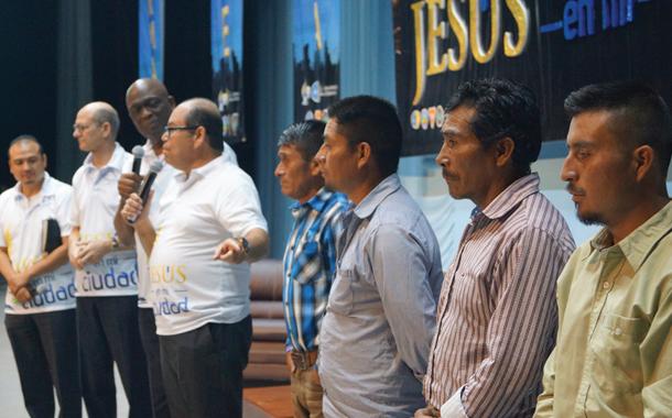 종교 갈등의 희생자 위해 도움의 손길 펼치다